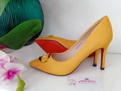 Yellow woven heel